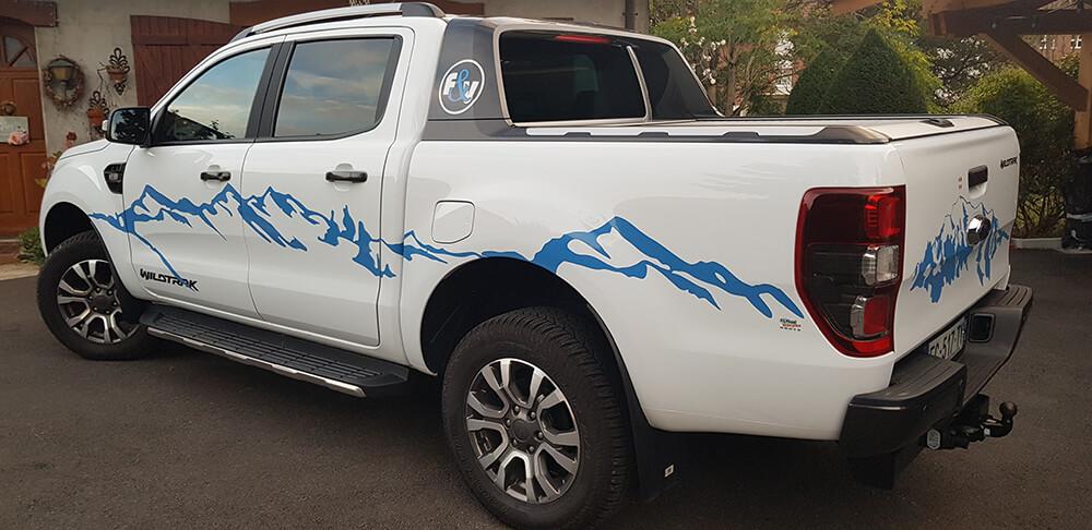 Marquage de véhicule avec une ambiance «montagne» en adhésifs teintés masse haute-résistance.